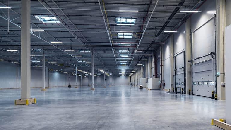wnętrze hali logistyczno magazynowej w Słubicach projektowana przez biuro 5ha w Łodzi projektowanie hal