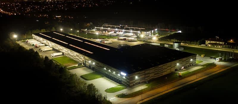 Hala logistyczno magazynowa CLM Lućmierz w nocy projektowana przez biuro 5ha w Łodzi