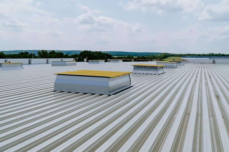dach hali logistyczno magazynowej w trakcie prac, architektura przemysłowa łodź