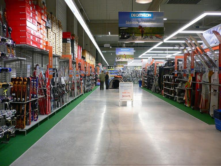 Generalny wykonawca hal handlowych w Polsce zrealizował budowę centrum handlowego Decathlon w Polsce i na Węgrzech - wnętrze obiektu