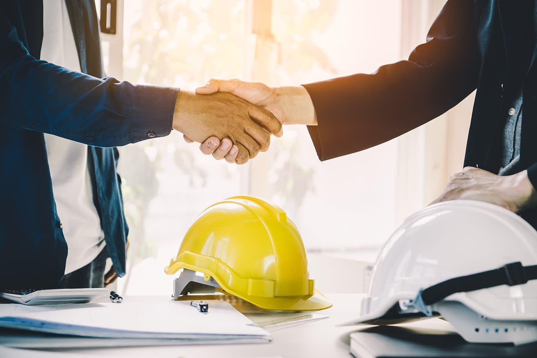 Architekt, wykonawca, uścisk dłoni, nawiązana umowa w temacie inwestycji, budownictwa