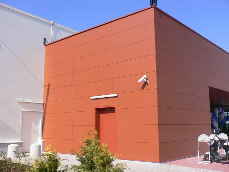 Generalny wykonawca hal handlowych w Polsce zrealizował budowę centrum handlowego Decathlon w Polsce i na Węgrzech - obiekt z zewnątrz